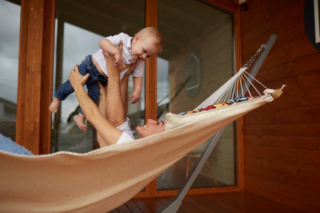 mor med barn på terrassen i hængekøje